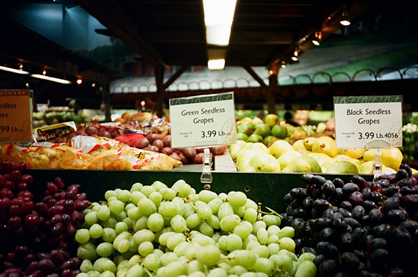 grapes, supermarket, yashica t, porta 400vc, juuuuicy, olivejuuuuice